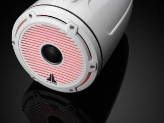 """JL Audio 7.7"""" koteloitu M6-770ETXv3 valkoisella Classic-ritilällä ja rungolla sekä LED-valaistuksella"""