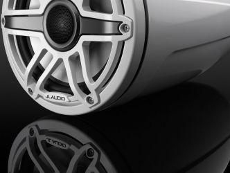 """JL Audio 7.7"""" koteloitu M6-770ETXv3 valkoisella Sport-ritilällä ja rungolla"""