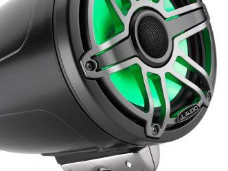 """JL Audio 7.7"""" koteloitu M6-770ETXv3 titaaninvärisellä Sport-ritilällä ja aseharmaalla rungolla sekä LED-valaistuksella"""