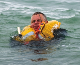Ilmatäytteisen pelastusliivin huolto