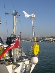 Esimerkkiasennus veneeseen. Kuvassa Rutland tolppa sekä lisävarusteiset tukijalat.